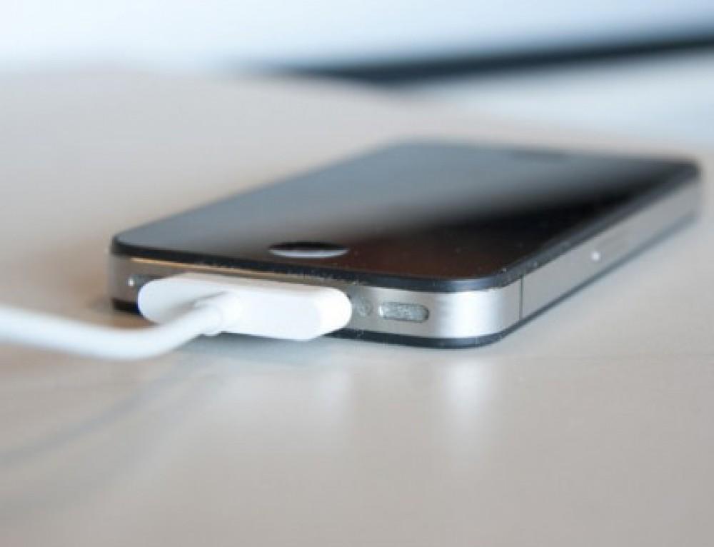 Se você deixa o seu celular carregando a noite inteira precisa PARAR com isso: entenda